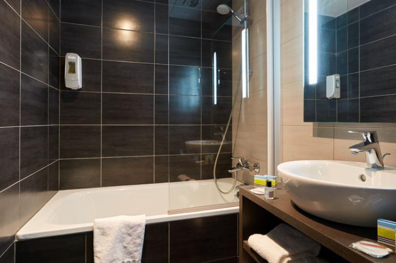 Hotel Astrid Lourdes triple bathroom