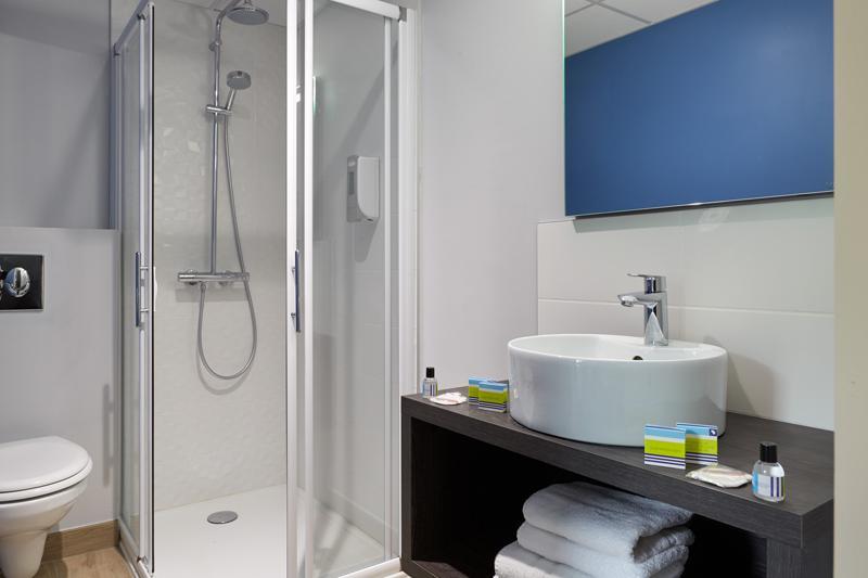 Hotel Astrid Lourdes habitacion tripla ducha