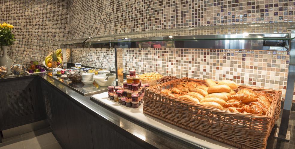Hotel Astrid Lourdes desayuno a buffet completo